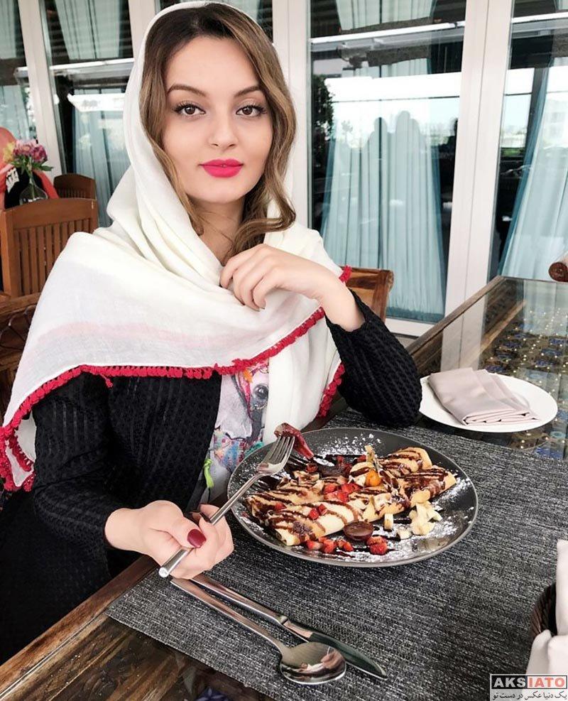 بازیگران بازیگران زن ایرانی  نیلوفر پارسا در حال خوردن صبحانه در کافه