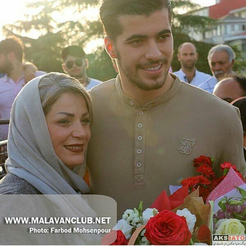 ورزشکاران ورزشکاران مرد  سعید عزت اللهی بهمراه پدر و مادرش در انزلی