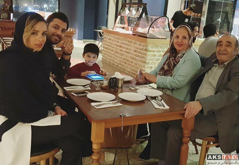 خانوادگی  احسان خواجه امیری همراه همسر و خانواده اش در رستوران