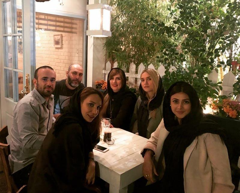 بازیگران بازیگران زن ایرانی  آزاده صمدی به مراه دوستانش در کافه ایدن (3 عکس)