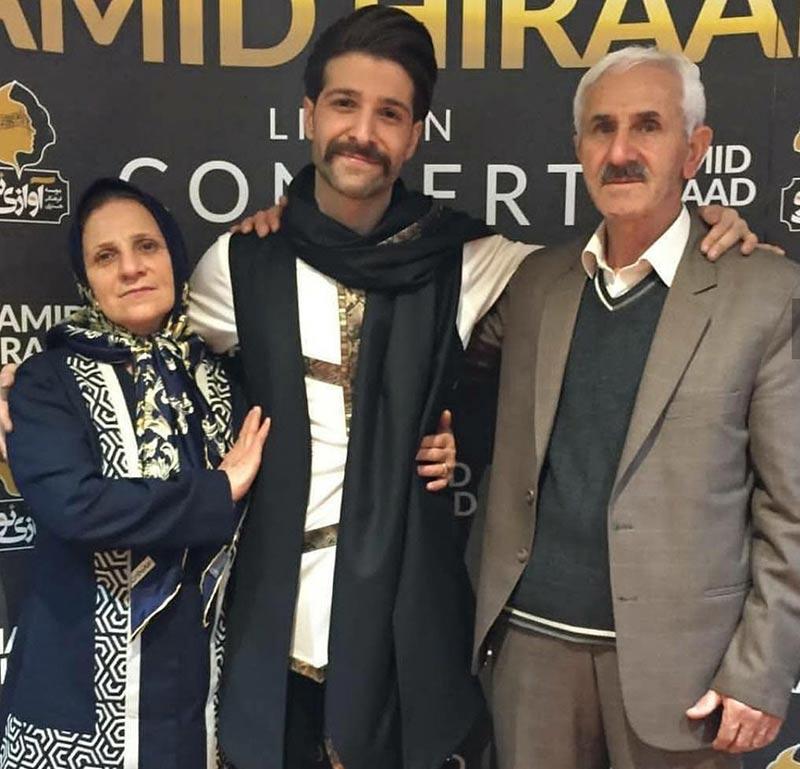 خوانندگان  عکس حمید هیراد در کنار پدر و مادرش در بک استیج کنسرت