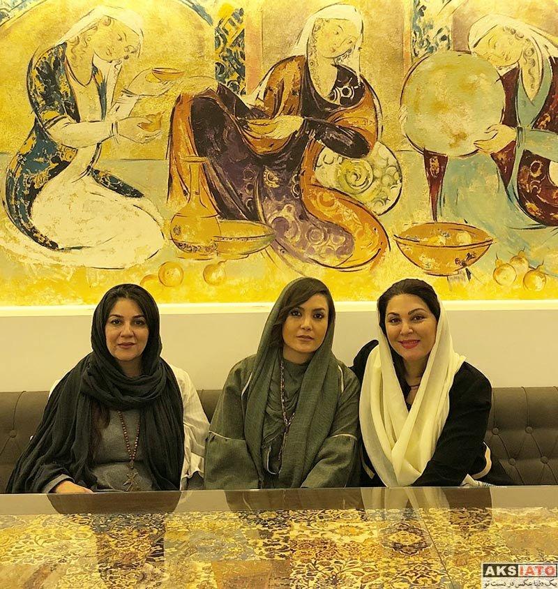 بازیگران بازیگران زن ایرانی  ستاره اسکندری و خواهرش در رستوران طاقچه (2 عکس)