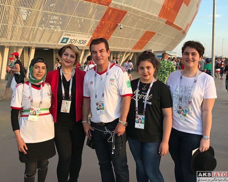 ورزشکاران مرد  عکس حمید استیلی و خانواده اش در ورزشگاه بازی ایران و پرتغال