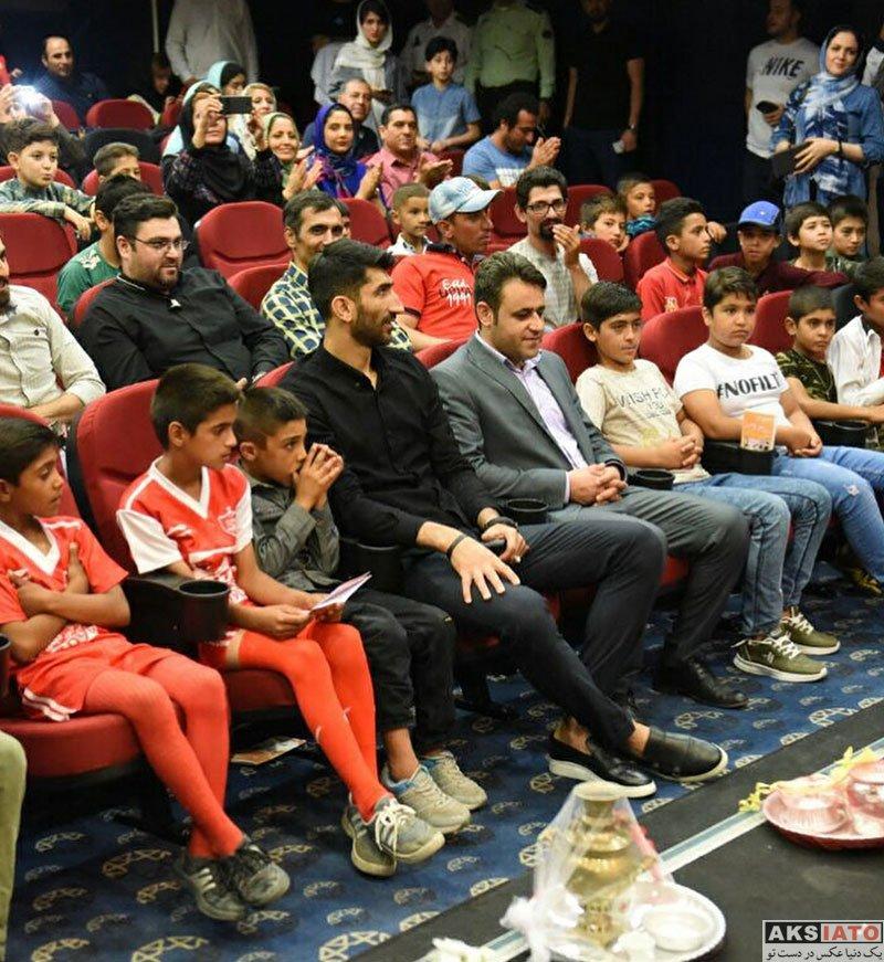 ورزشکاران ورزشکاران مرد  علیرضا بیرانوند در کنار کودکان کار در برج میلاد (5 عکس)