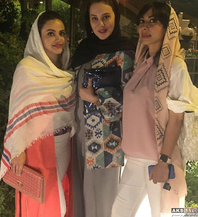 بازیگران بازیگران زن ایرانی  آرام جعفری و دوستانش در یک کافه رستوران (2 عکس)