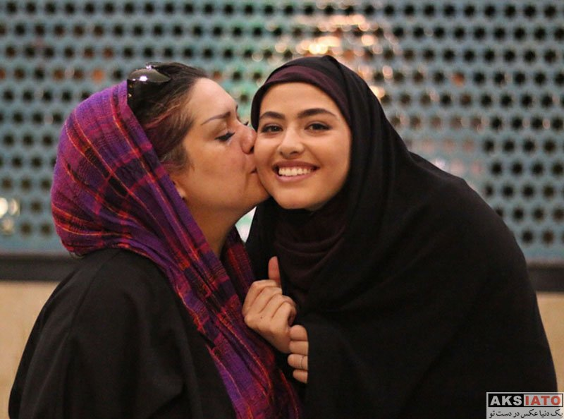 بازیگران بازیگران زن ایرانی  ریحانه پارسا در کنار خواهر کارگردان سریال پدر (3 عکس)