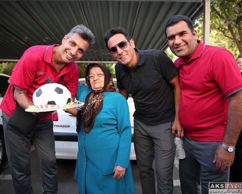 جشن تولد ۴۵ سالگی عادل فردوسی پور در کنار هوادارانش (۶ عکس) - عکسیاتو
