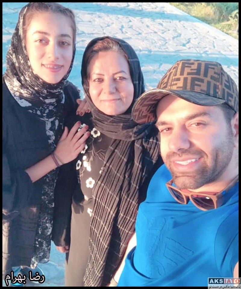 خانوادگی خوانندگان  رضا بهرام در کنار مادر و خواهرش (عکس)
