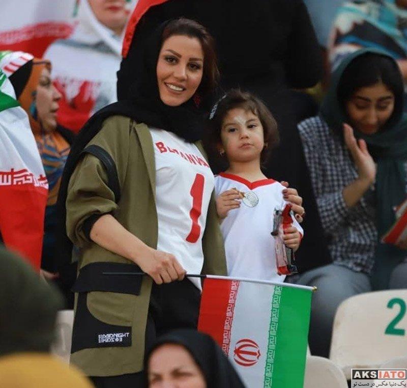 بازیگران  همسر و دختر علیرضا بیرانوند در ورزشگاه آزادی (2 عکس)