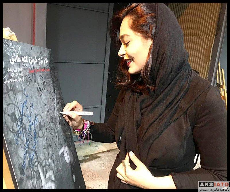 بازیگران بازیگران زن ایرانی  سانیا سالاری در اجرای نمایش خانم آوازخوان کله طاس (2 عکس)
